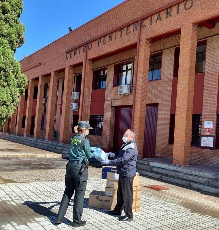 La Guardia Civil entrega material sanitario al Centro Penitenciario de Badajoz