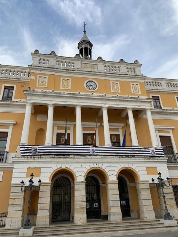 El Ayuntamiento se tiñe con los colores del Club Deportivo Badajoz