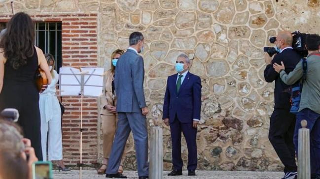 Badajoz regala al Rey de España, Presidente de Portugal, Presidente del Gobierno y Primer Ministro de Portugal el facsímil del Tratado de Badajoz