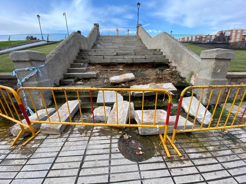 El PSOE pregunta por qué se tarda tanto en arreglar la escalera de acceso a la Memoria de Menacho