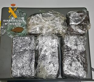 Detenidos tres jóvenes tras darse a la fuga cuando transportaban medio kilo de droga