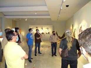 Manuel Sánchez Martín explica su obra a alumnos de la Escuela de Artes y Oficios