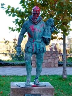 Aparecen tres estatuas de Badajoz con grandes pintadas de color rojo