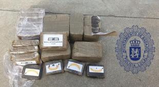 La Policía Local de Badajoz detiene a un individuo que circulaba en un vehículo, escondiendo en su maletero un total de 2.880 gramos de droga