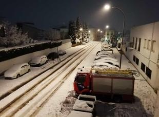 Los bomberos del Consorcio Provincial atienen a distintas emergencias a causa del temporal de frío y nieve