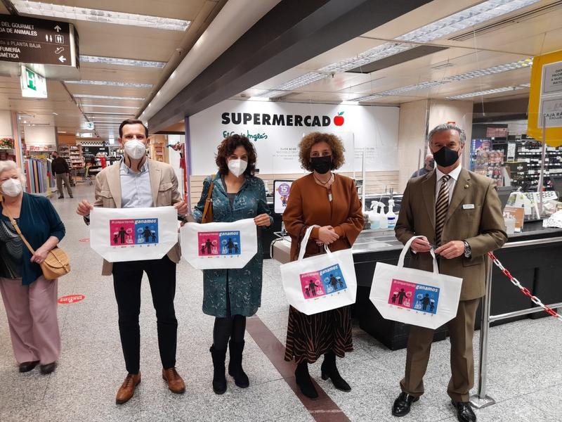 El Corte Inglés reparte hoy 400 bolsas con la imagen de la campaña #Compartiendoganamos