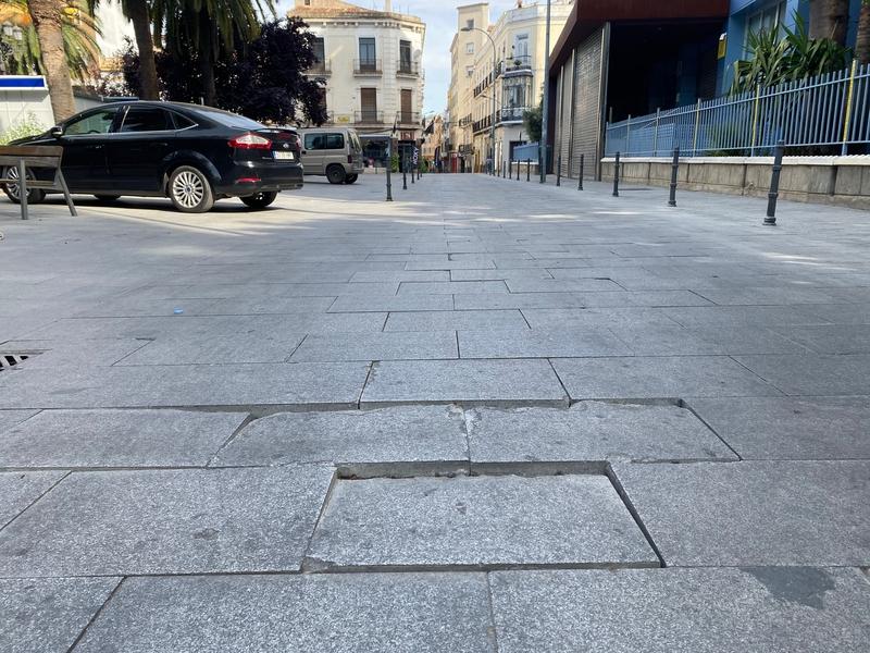 El PSOE pide una solución definitiva a las losetas levantadas en San Francisco