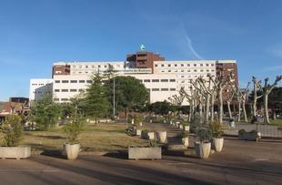 El Hospital de Badajoz implanta la primera prótesis de silicona para corregir la malformación genética de pecho hundido